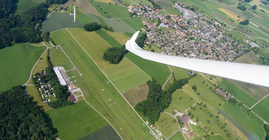 Read more about the article Can you spot all the little things that happen at an airfield? #gliding #soaring #segelflug #segelfliegen #volavoile #glidingpictures #pilotlife #discus2 #schempphirth #aviation #sgzuerich @sg_zuerich